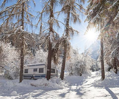 Ecco come godersi il fascino del campeggio invernale senza disavventure